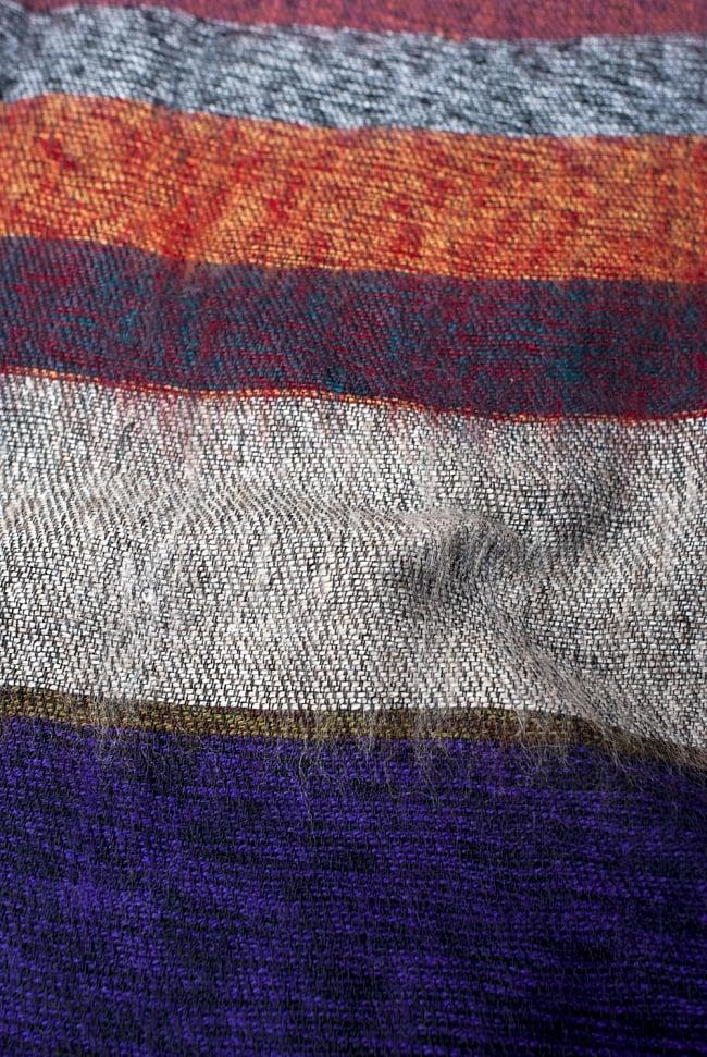 ワイドボーダーの機織りストールの写真6 - ちかくで繊維の様子を見てみました。柔らかく、体温を逃しません。