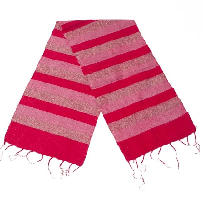 ふんわり起毛のボーダーマフラー - 赤系の写真2 - 太めのボーダーが寒い季節のファッションにぴったり。
