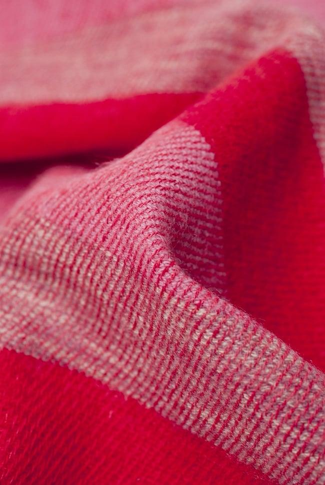 ふんわり起毛のボーダーマフラー - 赤系の写真3 - 起毛がふんわりとして、軽いのにとても暖かいです。
