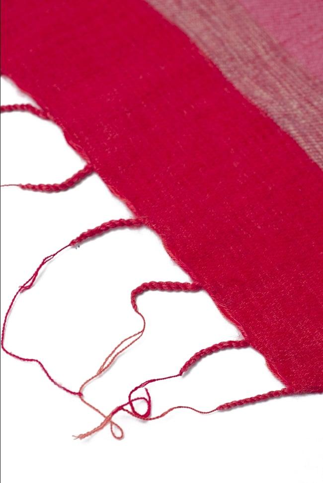 ふんわり起毛のボーダーマフラー - 赤系の写真4 - ねじり仕上げのフリンジもおしゃれです。