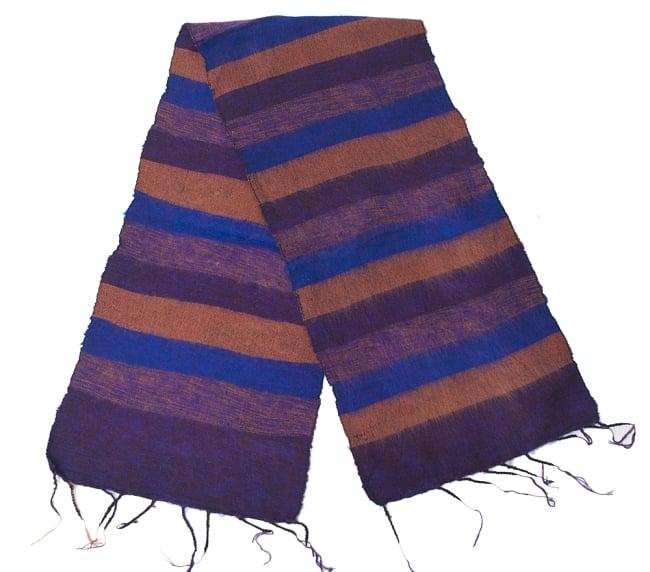 ふんわり起毛のボーダーマフラー - ダークパープル系の写真2 - 太めのボーダーが寒い季節のファッションにぴったり。