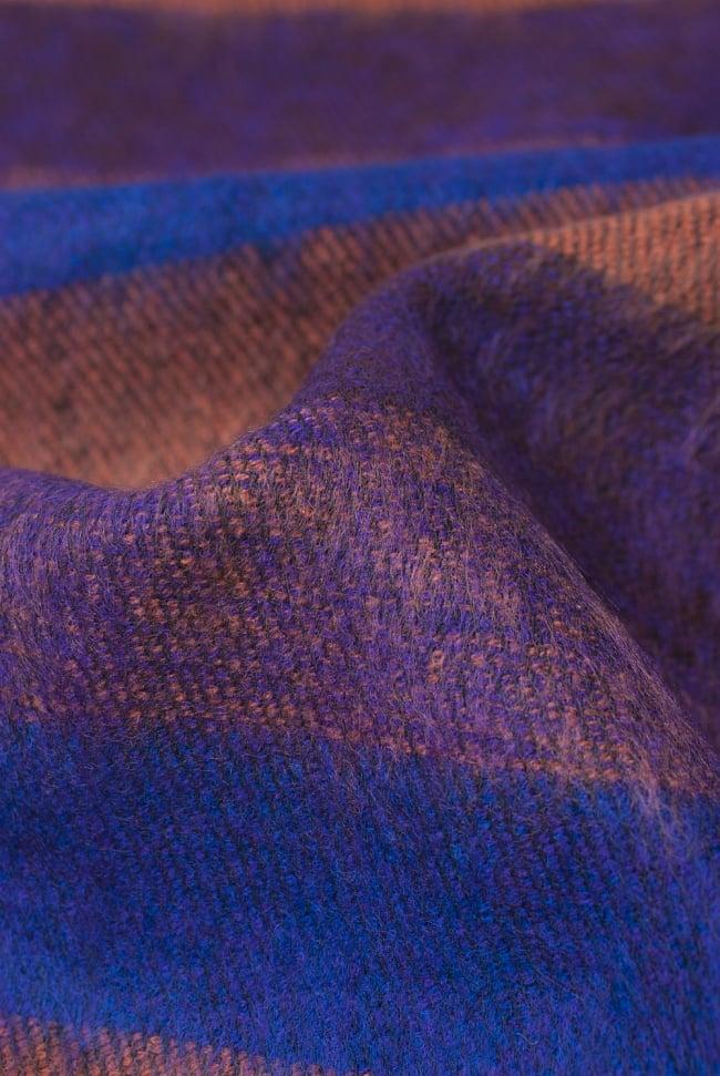 ふんわり起毛のボーダーマフラー - ダークパープル系の写真3 - 起毛がふんわりとして、軽いのにとても暖かいです。