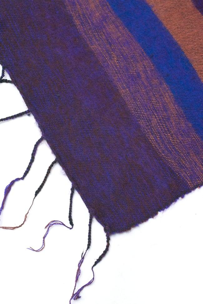 ふんわり起毛のボーダーマフラー - ダークパープル系の写真4 - ねじり仕上げのフリンジもおしゃれです。