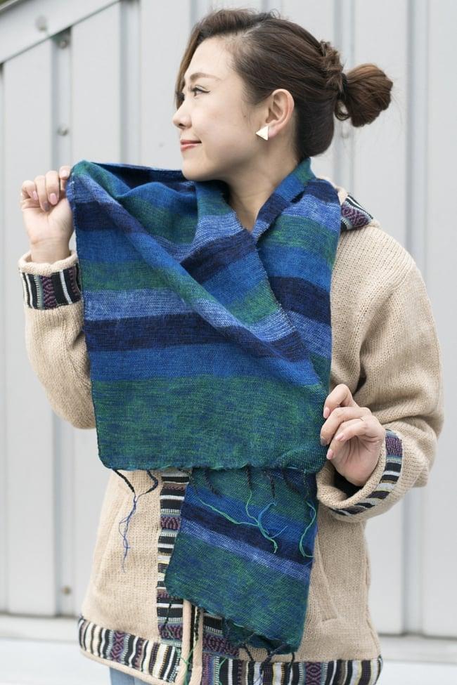 ふんわり起毛のボーダーマフラー - ダークパープル系の写真7 - 着用例になります(色違いで同じ大きさの商品の写真です)