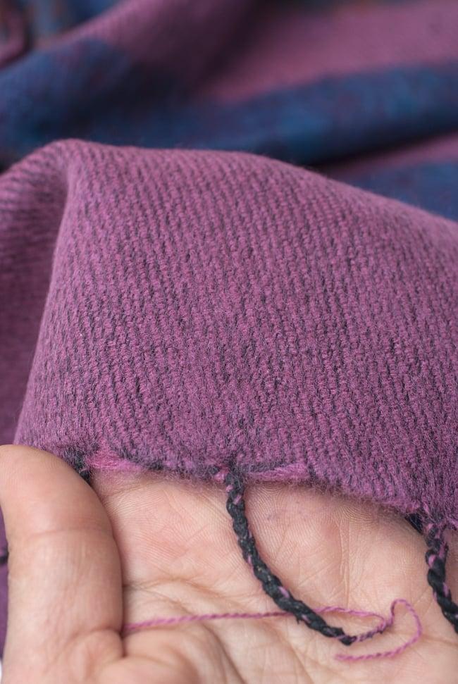 ふんわり起毛のボーダーマフラー - ピンクパープル系 6 - 手に取ってみました。ふわっとした感触があり手触りもいいです。