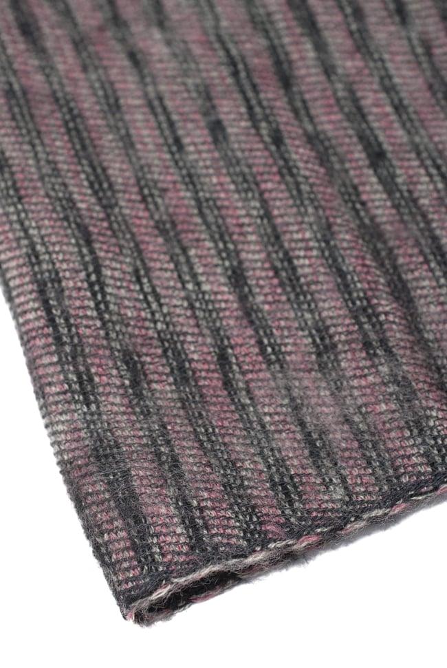 ふんわり起毛のライトスヌード - ダークピンク系 4 - 落ち着いたストライプ柄で、女性でも男性でもお楽しみいただけます。