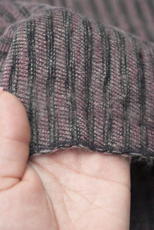 ふんわり起毛のライトスヌード - ダークピンク系 5 - 手に取ってみました。ふわっとした感触があり手触りもいいです。