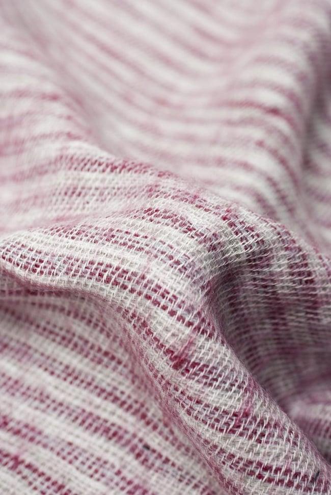 ふんわり起毛のライトスヌード - 白&赤系の写真2 - 起毛がふんわりとして、軽いのにとても暖かいです。