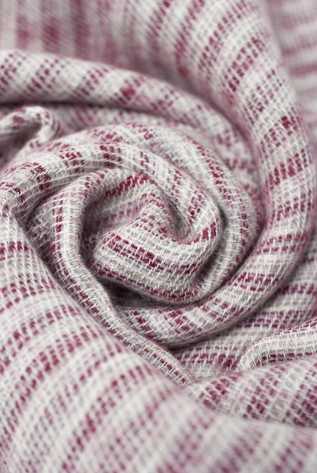 ふんわり起毛のライトスヌード - 白&赤系の写真3 - シックな色合いが素敵ですね。