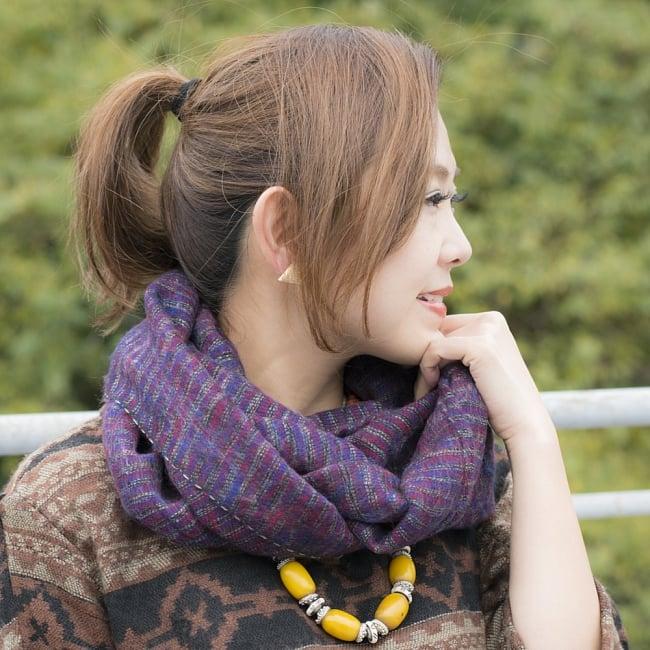 ふんわり起毛のライトスヌード - 白&赤系の写真6 - 色違いの商品の着用例です。