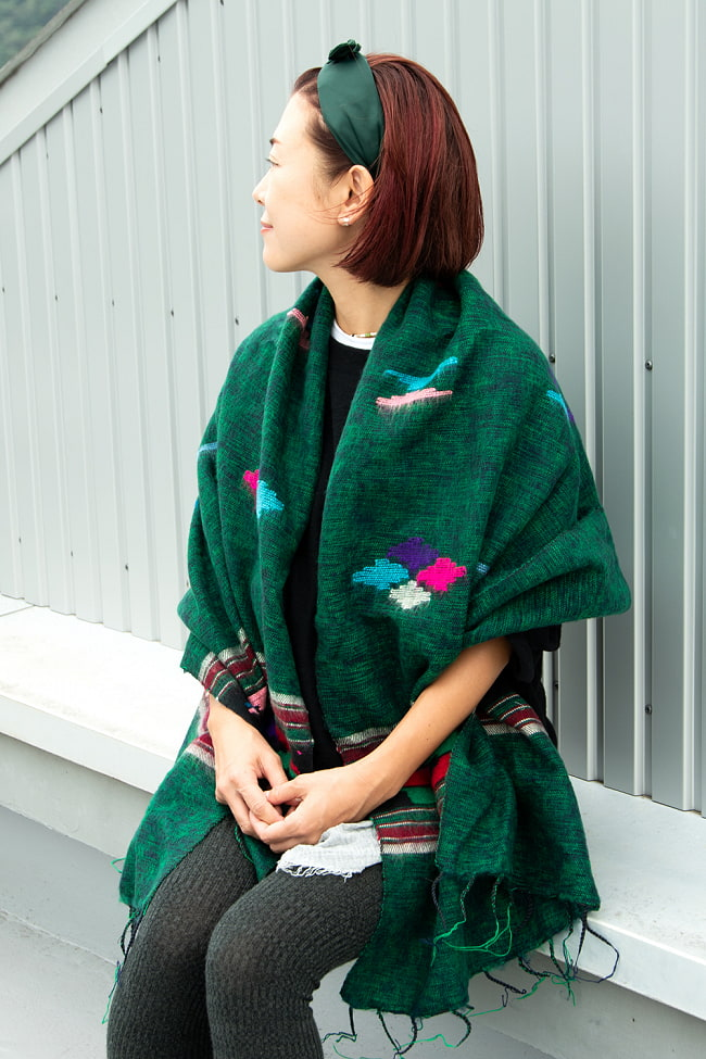 柔らかな起毛で温まる トライバル柄の機織りストール 3 - 羽織りやすいサイズ感です。