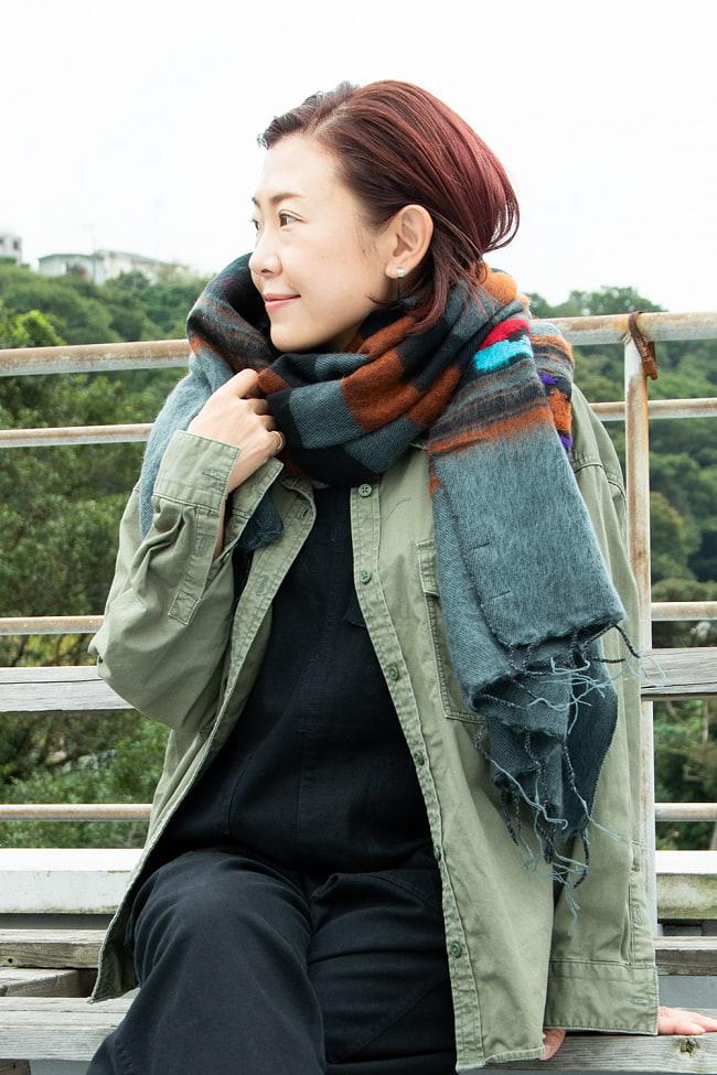 柔らかな起毛で温まる トライバル柄の機織りストール 4 - 首にぐるぐる巻きつけても暖かい!