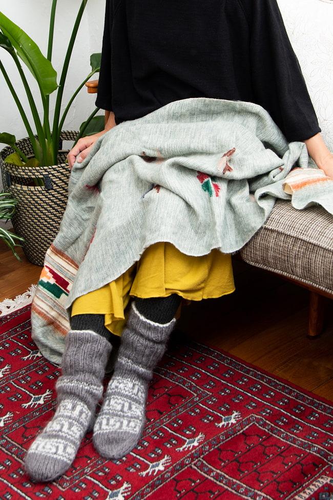 柔らかな起毛で温まる トライバル柄の機織りストール 5 - ひざ掛けとして使用してもちょうどよいです。