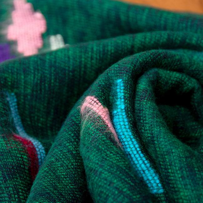 柔らかな起毛で温まる トライバル柄の機織りストール 7 - 肌に優しく馴染みます。