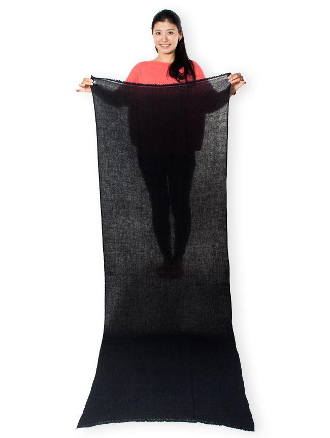 パシュミナ100% 大判手織りストール - ベージュ 7 - 色違いのブラックを広げてみたところです。サイズは縦が約200cm、横幅は約70cmの使い勝手の良い大判サイズ。暖かく包み込んでくれます。