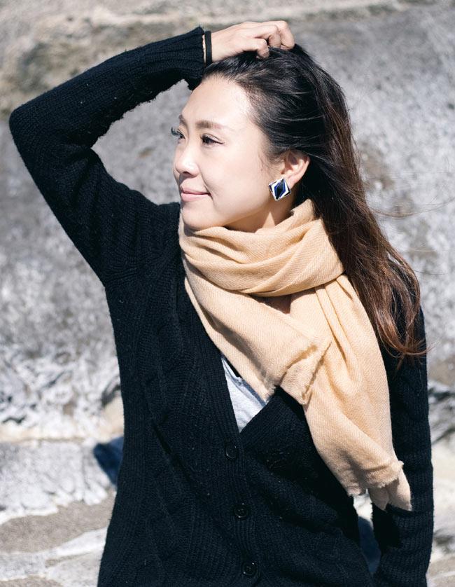 パシュミナ100% 大判手織りストール - ベージュ 8 - ベージュ色の着用例です。黒系の服など幅広く合わせやすいです。