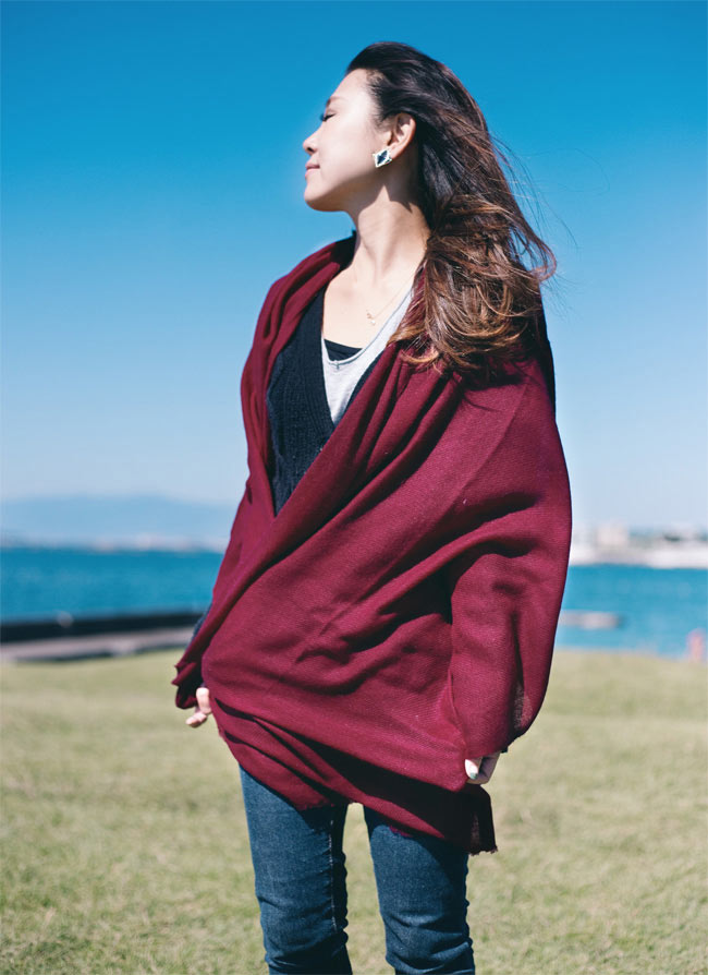 パシュミナ100% 大判手織りストール - ベージュ 9 - えんじ色です。サイズが大きく羽織ることができるので、夏の冷房対策などにもオススメ。