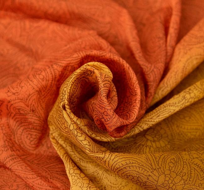 オールドサリーのスカーフ 約100cm×100cm  2 - 質感がわかるように撮ってみました。柔らかくてとても扱いやすい布地です。