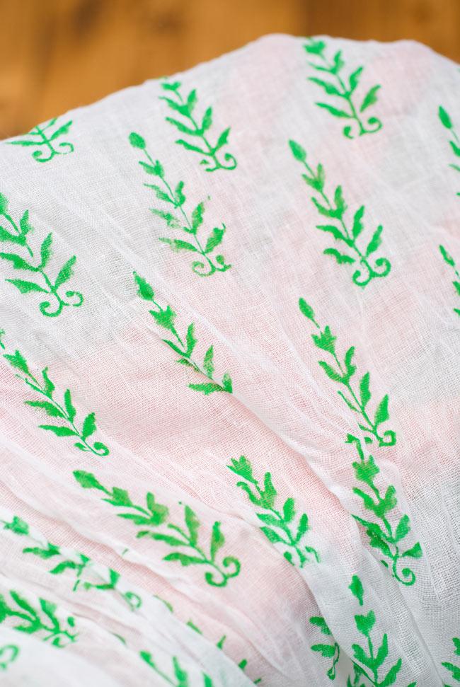 【ウッドブロック】インドのクリンクルストールの写真5 - 手に取ると透けて見える、繊細な生地です。くしゃっとした加工が施されており、適度なふんわり感とさらりとした肌触りを演出してくれます。