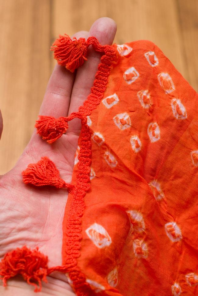 インドの絞り染めドゥパッタ - オレンジ 5 - 手にとってみました。適度な透け感があり、軽やかに身にまとえます。また、フリンジの部分には簡単な装飾が施されています。