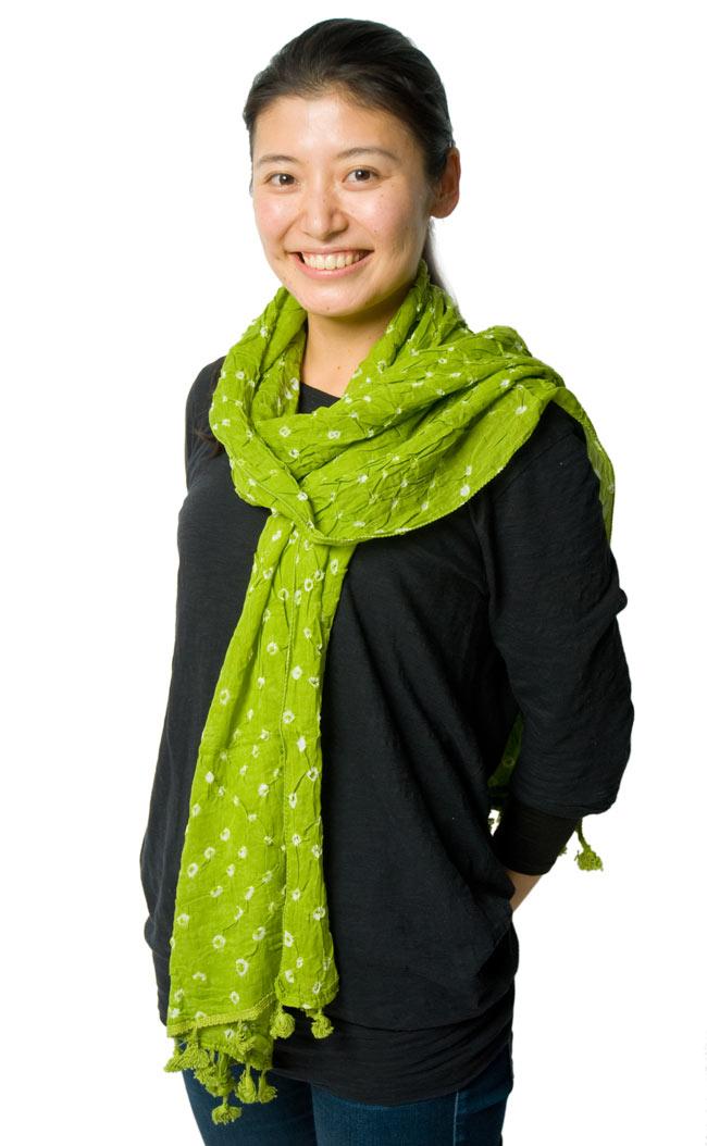 インドの絞り染めドゥパッタ - うぐいす 7 - 着用してみました。シンプルで落ち着いた色合いですので、どんな服装にもぴったり合いますね。