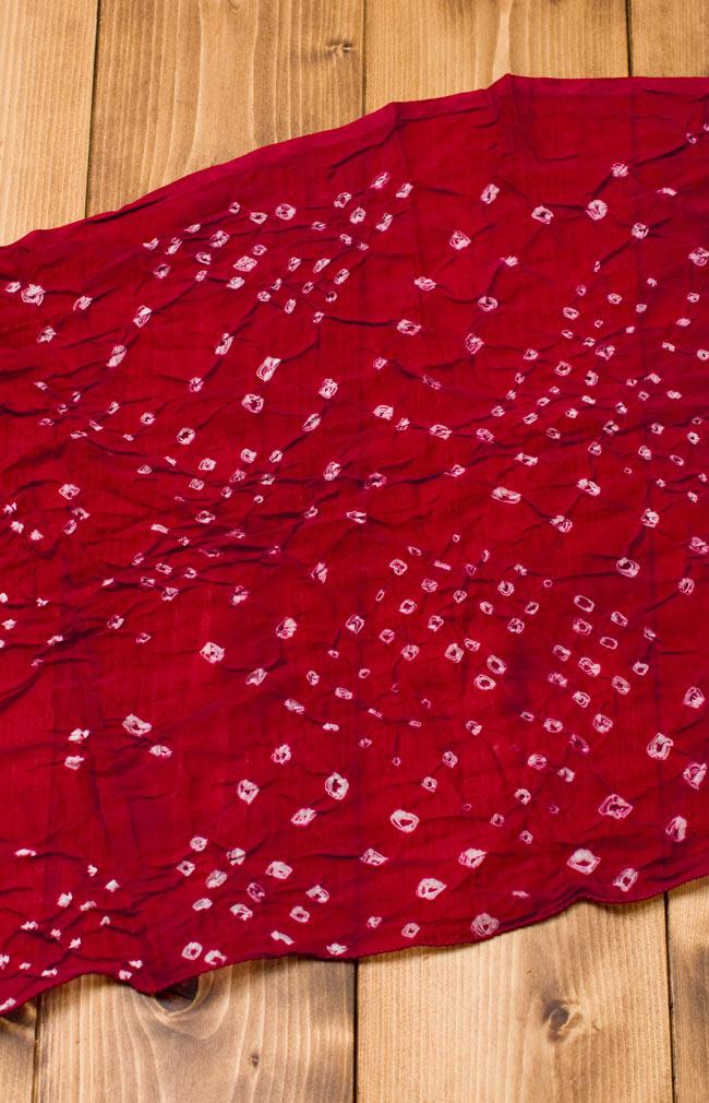 インドの絞り染めドゥパッタ - えんじ 2 - 広げてみました。くしゃっとした質感が暖かく空気を取り込んでくれます。