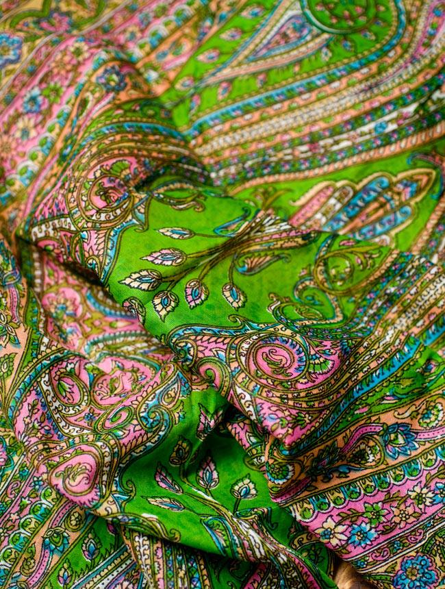 インド伝統柄のコットンスカーフ - 黄緑の写真3 - ドレープが複雑な色像を生み出します。
