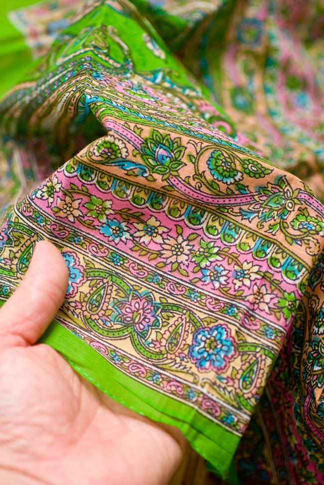 インド伝統柄のコットンスカーフ - 黄緑の写真4 - 手にとってみました。適度に透け感のある繊細な生地です。