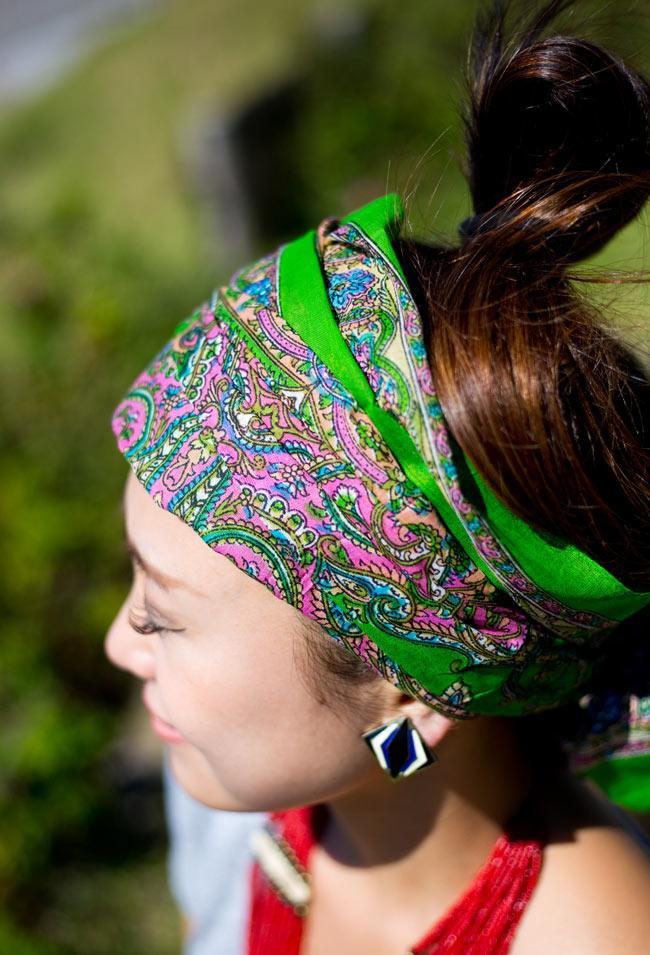 インド伝統柄のコットンスカーフ - 黄緑の写真7 - 色違いの商品を着用してみました。エスニカルなアクセントになりますね。