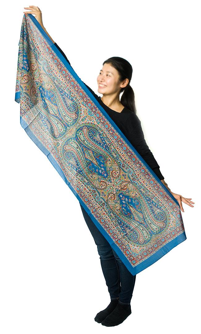 インド伝統柄のコットンスカーフ - 黄緑の写真9 - 広げて持つとこれくらいの大きさです。