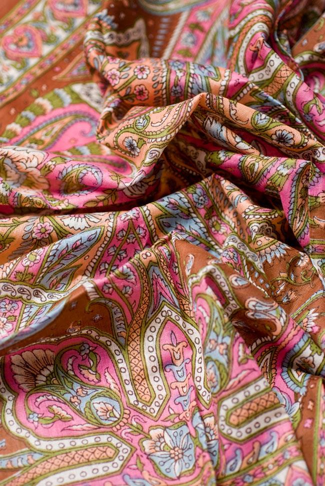 インド伝統柄のコットンスカーフ - 茶の写真3 - ドレープが複雑な色像を生み出します。