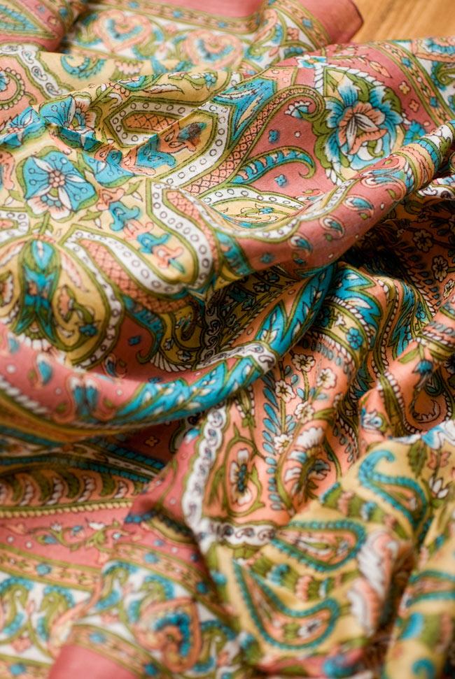 インド伝統柄のコットンスカーフ - マロンの写真3 - ドレープが複雑な色像を生み出します。