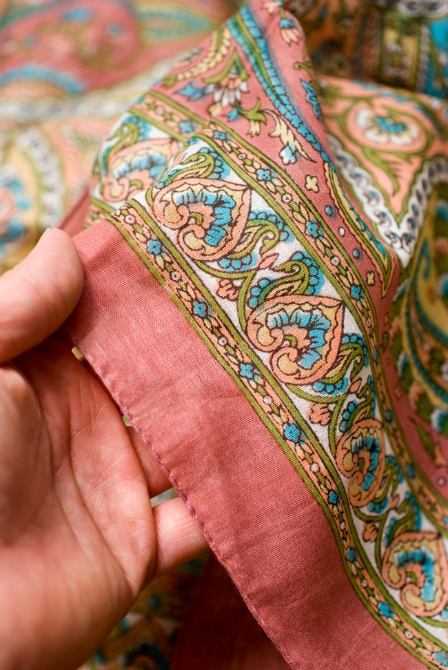 インド伝統柄のコットンスカーフ - マロン 4 - 手にとってみました。適度に透け感のある繊細な生地です。