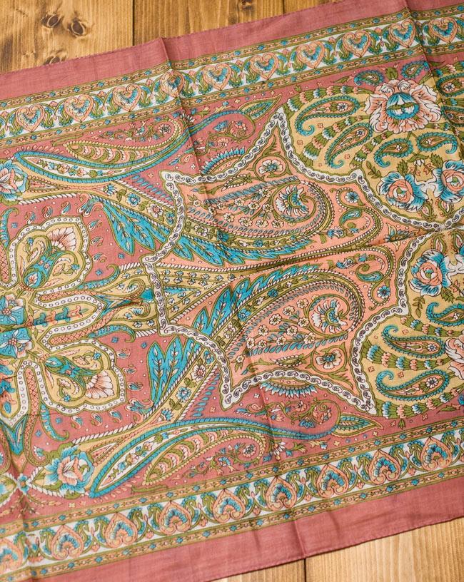 インド伝統柄のコットンスカーフ - マロンの写真5 - 少し離れてみてみました。50cmほどのほどよい大きさです。