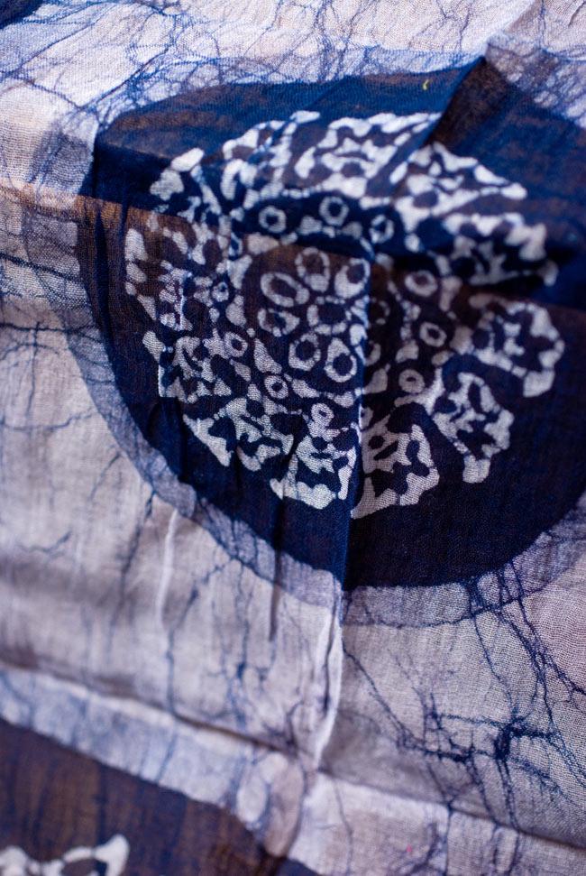 インドのバティック染めスカーフ - ネイビー&ナチュラルの写真2 - 大人の魅力を感じさせる染模様です。