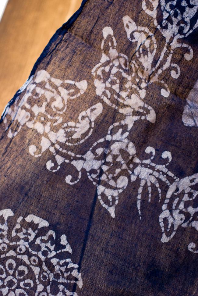 インドのバティック染めスカーフ - ネイビー&ナチュラルの写真3 - さらりふわりとした触感と適度な透け感がありますので、軽やかに身にまとえますね。