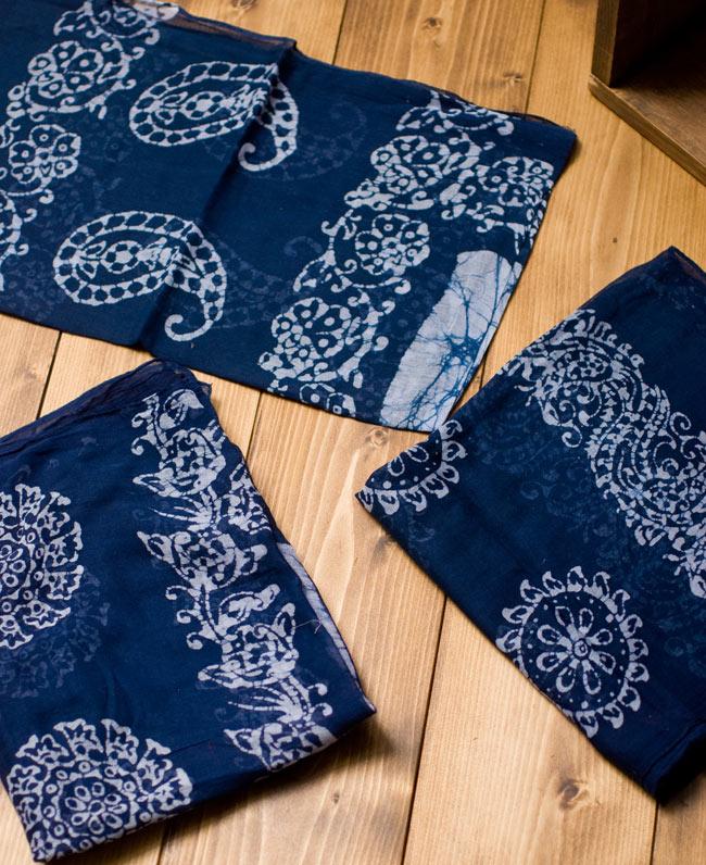 インドのバティック染めスカーフ - ネイビー&ナチュラルの写真4 - プリントされている柄はペイズリーであったり象であったりさまざまですので、アソートでのお届けとなります。