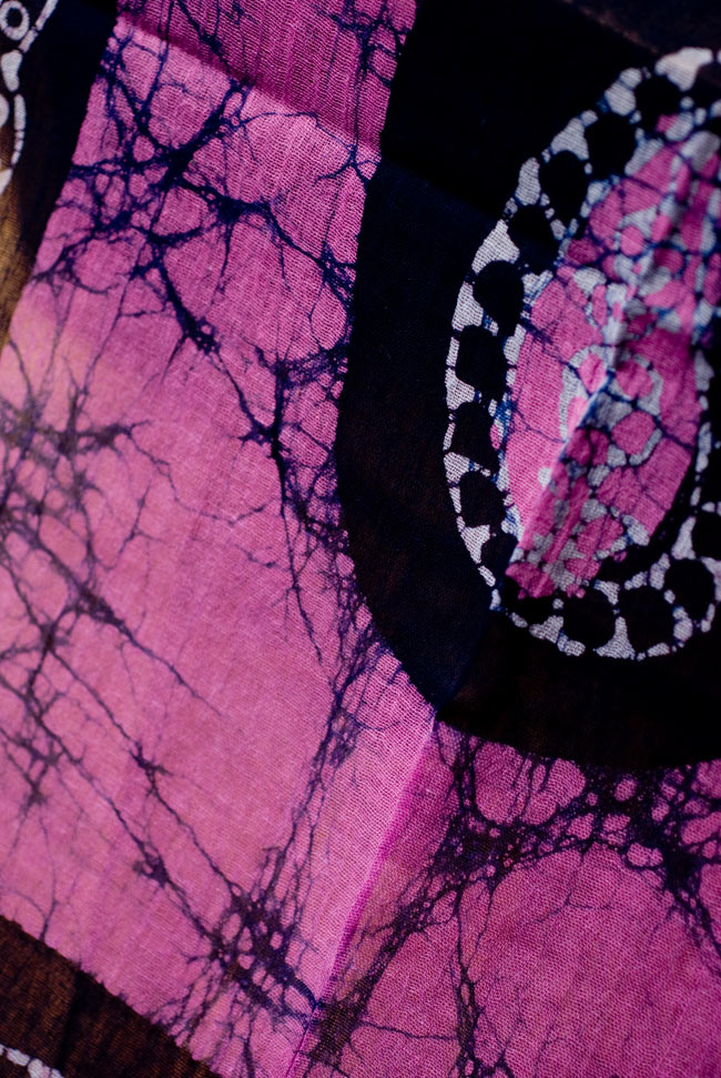 インドのバティック染めスカーフ - ネイビー&ピンクの写真2 - 大人の魅力を感じさせる染模様です。