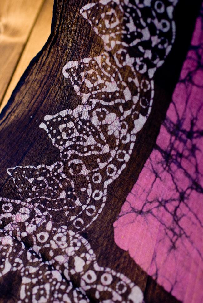 インドのバティック染めスカーフ - ネイビー&ピンクの写真3 - さらりふわりとした触感と適度な透け感がありますので、軽やかに身にまとえますね。