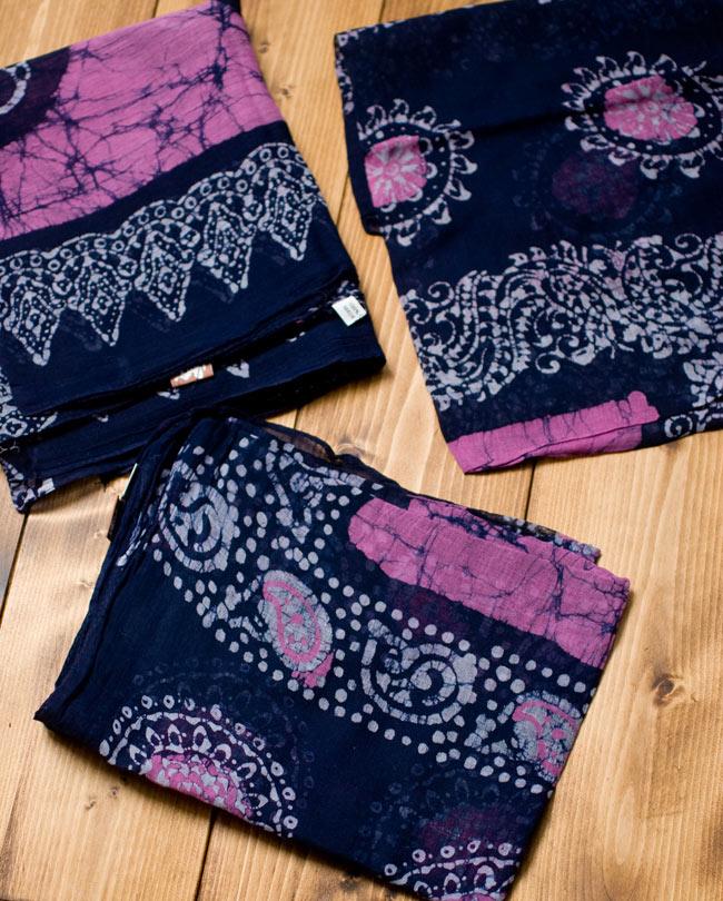 インドのバティック染めスカーフ - ネイビー&ピンクの写真4 - プリントされている柄はペイズリーであったり象であったりさまざまですので、アソートでのお届けとなります。