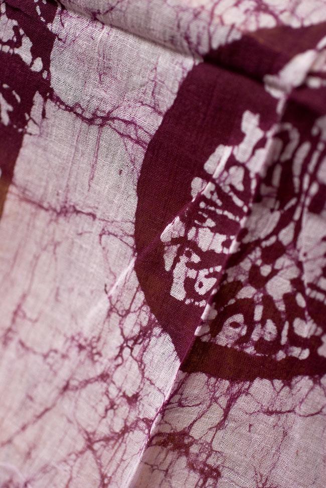 インドのバティック染めスカーフ - えんじ&ナチュラルの写真2 - 大人の魅力を感じさせる染模様です。
