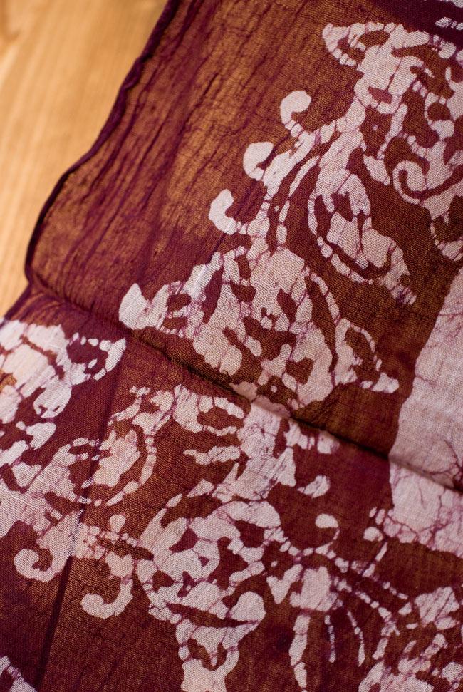インドのバティック染めスカーフ - えんじ&ナチュラルの写真3 - さらりふわりとした触感と適度な透け感がありますので、軽やかに身にまとえますね。