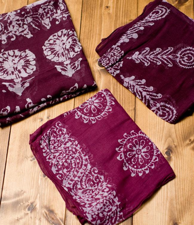 インドのバティック染めスカーフ - えんじ&ナチュラルの写真4 - プリントされている柄はペイズリーであったり象であったりさまざまですので、アソートでのお届けとなります。