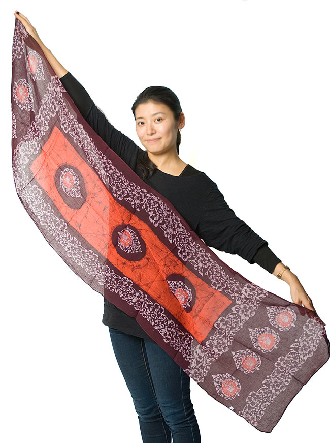 インドのバティック染めスカーフ - えんじ&ナチュラルの写真7 - 広げてみるとこれくらいの大きさになります。