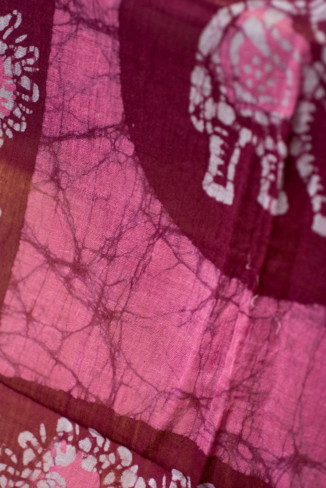 インドのバティック染めスカーフ - えんじ&ピンクの写真2 - 大人の魅力を感じさせる染模様です。