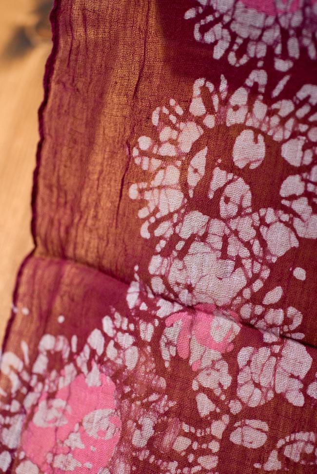 インドのバティック染めスカーフ - えんじ&ピンクの写真3 - さらりふわりとした触感と適度な透け感がありますので、軽やかに身にまとえますね。