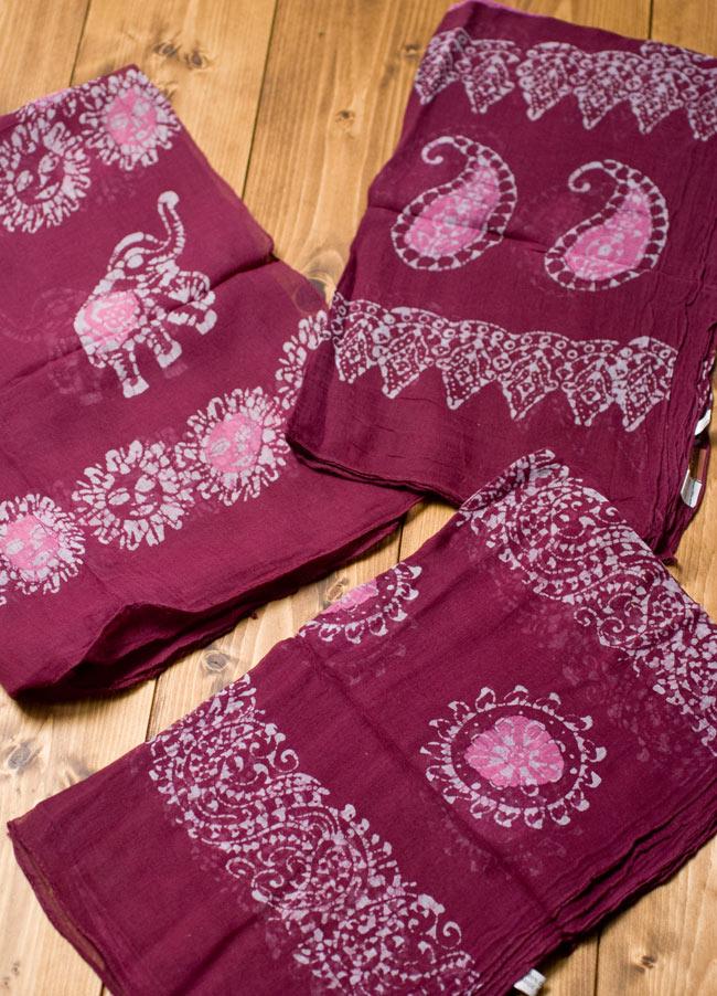 インドのバティック染めスカーフ - えんじ&ピンクの写真4 - プリントされている柄はペイズリーであったり象であったりさまざまですので、アソートでのお届けとなります。