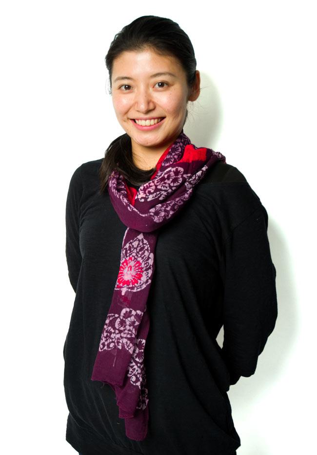 インドのバティック染めスカーフ - えんじ&ピンクの写真5 - 着用例です。シンプルに首に巻いてみました。