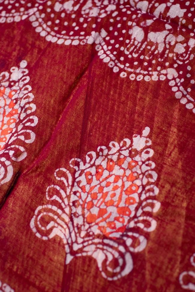 インドのバティック染めスカーフ - えんじ&オレンジの写真3 - さらりふわりとした触感と適度な透け感がありますので、軽やかに身にまとえますね。