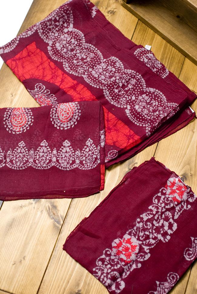 インドのバティック染めスカーフ - えんじ&オレンジの写真4 - プリントされている柄はペイズリーであったり象であったりさまざまですので、アソートでのお届けとなります。